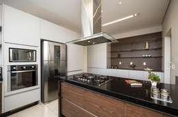 Casa, Condomínio Ibi Aram, Itupeva, São Paulo, Brasil: Cozinhas modernas por Larissa Carbone Arquitetura e Interiores
