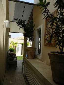 Pasillos y vestíbulos de estilo  por THACO. Arquitetura e Ambientes