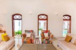 Villa Verde, Goa.: tropical Living room by Studio MoMo