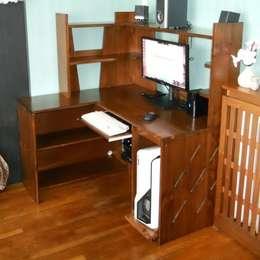 Une vue du bureau équipé de son matériel informatique.: Bureau de style de style Moderne par Atelier C'hoat Arverne