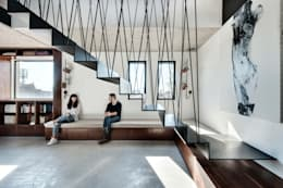 Duplex Penthouse in Tel Aviv: Couloir et hall d'entrée de style  par toledano + architects