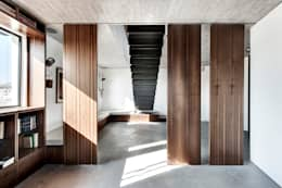 Duplex Penthouse in Tel Aviv: Salon de style de style Minimaliste par toledano + architects