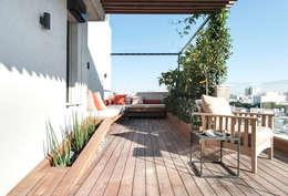 Duplex Penthouse in Tel Aviv: Terrasse de style  par toledano + architects
