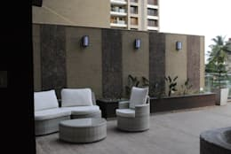 Pebble bay.:  Terrace by Construction Associates