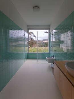 Habitação Unifamiliar Monte dos Saltos: Casas de banho minimalistas por olgafeio.arquitectura