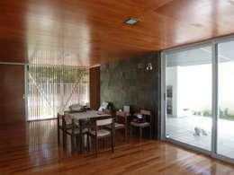 CASA DEL BOSQUE - Autores: Mauricio Morra Arq., Diego Figueroa Arq.: Comedores de estilo moderno por Mauricio Morra Arquitectos