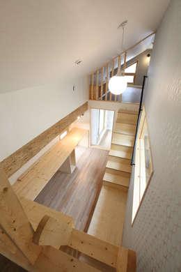 다락에서 내려다본 모습: 주택설계전문 디자인그룹 홈스타일토토의  서재 & 사무실