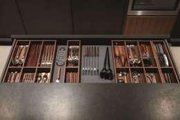 Aménagement de tiroir: Cuisine de style de style Moderne par CUISINE ESSENTIEL