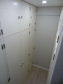 Vestidores y closets de estilo moderno por Happy Ideas At Home - Arquitetura e Remodelação de Interiores