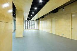 Projekty,  Korytarz, przedpokój zaprojektowane przez GongGam Urban Architecture & Construction