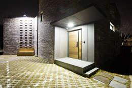관산동 주택: GongGam Urban Architecture & Construction의  복도 & 현관