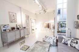 Salones de estilo moderno de Ornatto