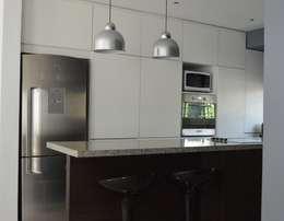Reforma y ampliación Casa Bergallo: Cocinas de estilo moderno por DDARQ3D
