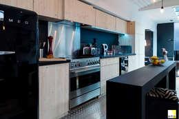 Vue de la cuisine: Cuisine de style de style Moderne par elisabeth manguin architecte