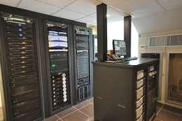 Умный дом - техническое помещение систем Crestron, мультирум.: Медиа комнаты в . Автор – Первая Мультимедийная компания