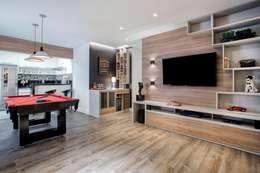 Apto. 64m²: Salas de estar clássicas por Andressa Saavedra Projetos e Detalhes
