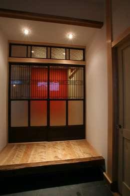 リビングの入り口: 戸田晃建築設計事務所が手掛けたリビングです。