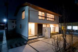 夕景に映える無駄を省いたシンプルな外観: 合同会社negla設計室が手掛けた家です。