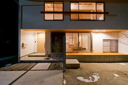 外からの目線を気にせずに過ごせるプライベートな庭: 合同会社negla設計室が手掛けた家です。