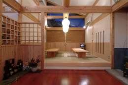 Projekty,  Pokój multimedialny zaprojektowane przez AMI ENVIRONMENT DESIGN/アミ環境デザイン