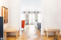Entrée et salon Haussmannien: Couloir et hall d'entrée de style  par Carnets Libellule