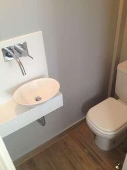 Baños de estilo moderno por Mercedes Milesi