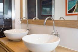 Baños de estilo moderno por 19 DEGRES