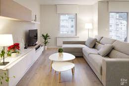 Salas multimedia de estilo moderno por Etxe&Co