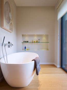 Ванные комнаты в . Автор – Baufritz (UK) Ltd.