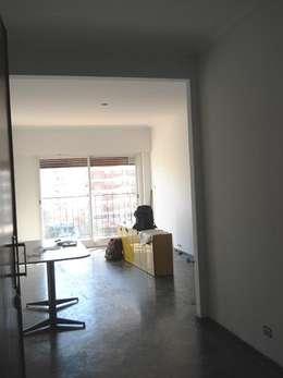 Reforma Departamento en la Ciudad de Buenos Aires: Livings de estilo moderno por AyC Arquitectura