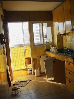 Reforma Departamento en la Ciudad de Buenos Aires: Cocinas de estilo moderno por AyC Arquitectura