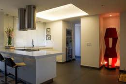Casa Restrepo: Cocinas de estilo moderno por Maria Mentira Studio