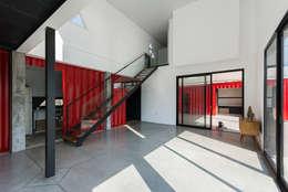 Casa Container: Livings de estilo moderno por estudioscharq
