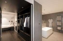 Dressing ouvert sur chambre: Dressing de style de style Moderne par réHome