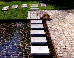 Jardim minimal: Jardins minimalistas por Atelier Jardins do Sul