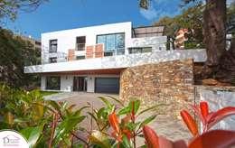 La maison dans les arbres en ville (BEPOS RT2020 en Corse): Maisons de style de style Moderne par Demeures Corses