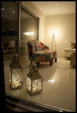 Salas de estilo ecléctico por Diseñadora Lucia Casanova