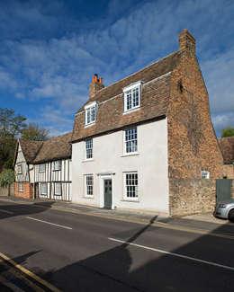 Projekty, wiejskie Domy zaprojektowane przez APE Architecture & Design Ltd.