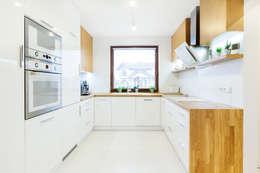 Zestawienie szkła, lakierowanych frontów i drewna: styl , w kategorii Kuchnia zaprojektowany przez IN