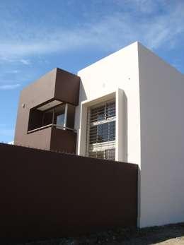 Casa PK: Casas de estilo minimalista por Brarda Roda Arquitectos