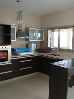 Casa PK: Cocinas de estilo minimalista por Brarda Roda Arquitectos