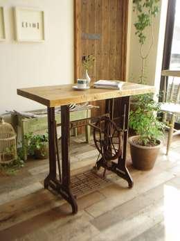 流木天板とミシン脚のテーブル: 流木専門店 海の木が手掛けたリビングルームです。