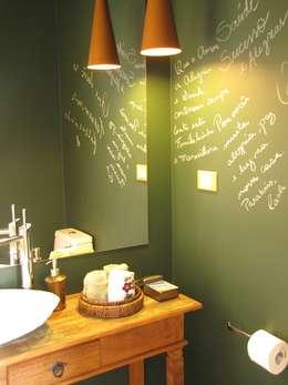 Casa de Campo - Atibaia  - SP : Banheiros rústicos por Studio LK Arquitetura e Interiores