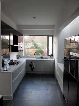 House conversion in Finchley, London: minimalistic Kitchen by Rozeman Architects