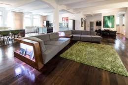 Salas de estilo moderno por Who Cares?! Design