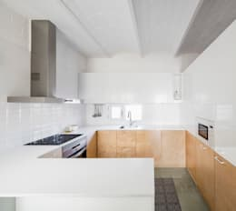 modern Kitchen by vora