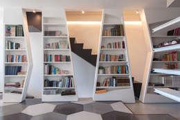 Couloir et hall d'entrée de style  par 2bn architetti associati