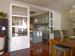 Cocinas de estilo ecléctico por DEULONDER arquitectura domestica