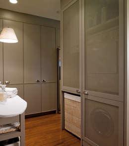 Frentes en rejilla para una buena ventilación: Cocinas de estilo ecléctico de DEULONDER arquitectura domestica