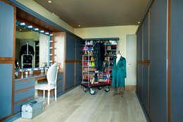 Departamento en Santa Fe: Vestidores y closets de estilo ecléctico por MAAD arquitectura y diseño